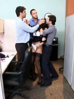 Очень грубый трах грудастой девушки в офисе