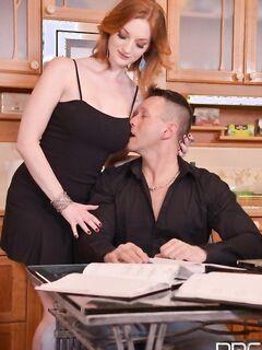 Zara Durose пригласила подружку, чтобы вместе отвлечь мужа от работы