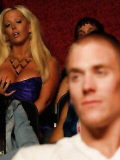 Alura Jenson от недотраха увела парня с просмотра кино и перепихнулась в туалете