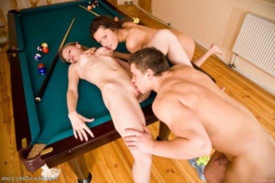 Две русские потаскушки доводят парня до оргазма у бильярдного стола