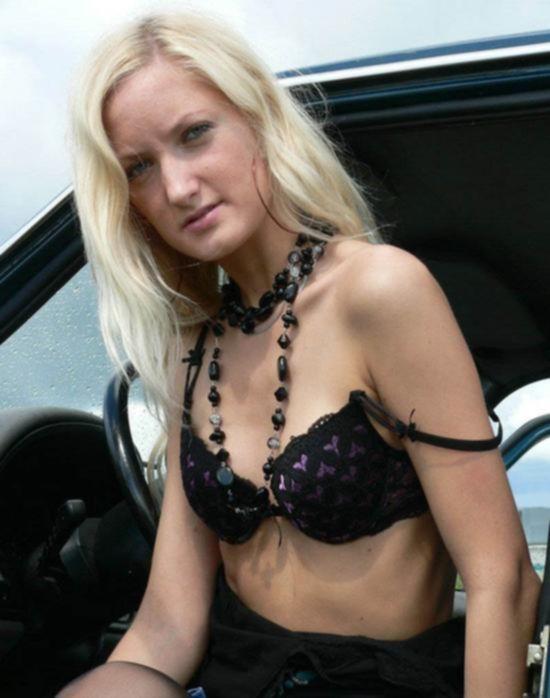 Худенькая россиянка показывает свое тело возле машины