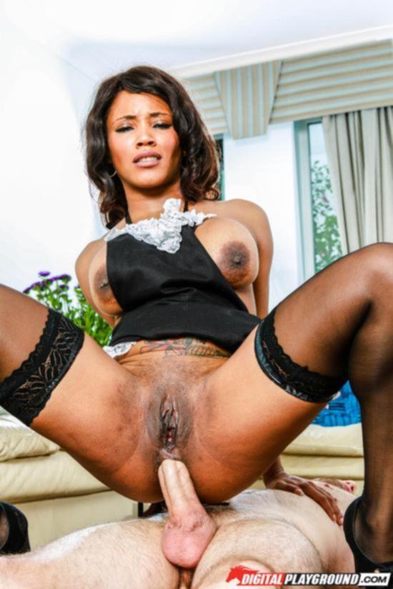 Горничная Kiki Minaj трахается с хозяином дома