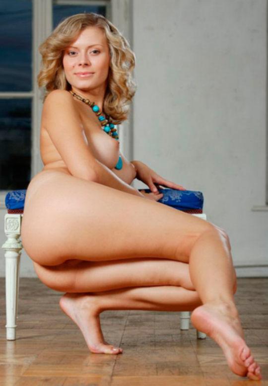 Русская блондинка с крупным бирюзовым кулоном