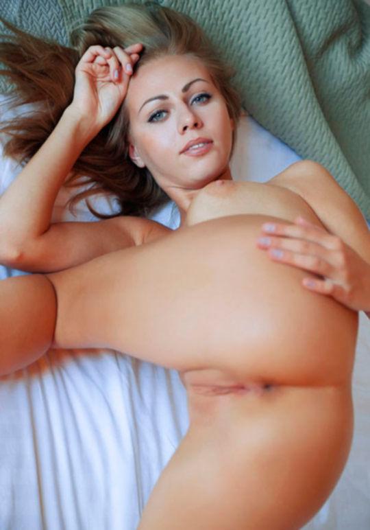 Нежная русская блондинка в спальной комнате