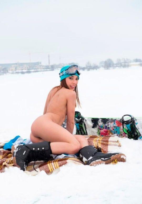 Парни, согрейте эту русскую сноубордистку!