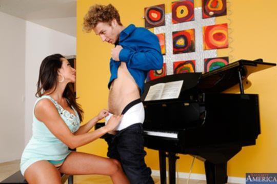 Ariella Ferrera не только музыке научит, но и сексу