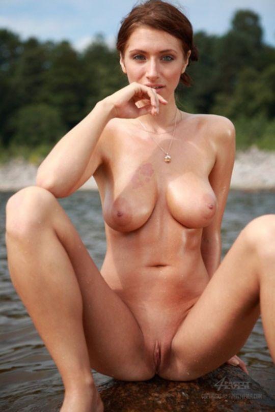 Сексуальная русская девушка плещется в речке