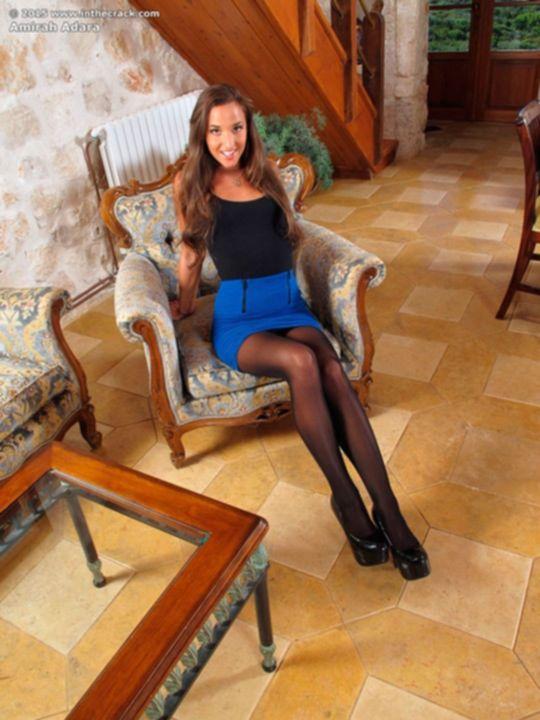 Amirah Adara раздвигает длинные ноги в чулках