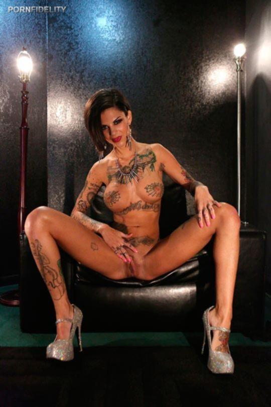 Порно фото татуированной суки с круглыми сиськами