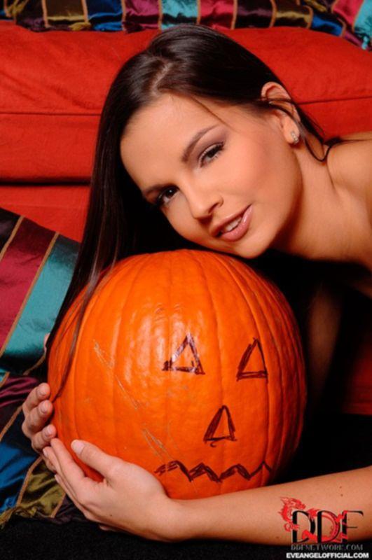 Eve Angels мастурбирует во время хэллоуина