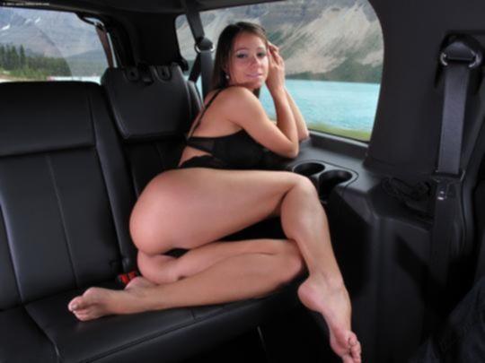 Carrie Du Four светит розовой дыркой в машине