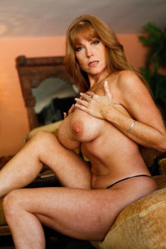 Поспевшая Darla Crane эротично демонстрирует голое тело