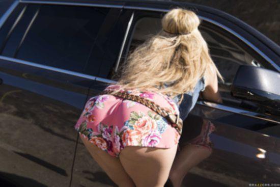 Дорожная давалка Chloe Amour обрабатывает конец парню на джипе у трассы
