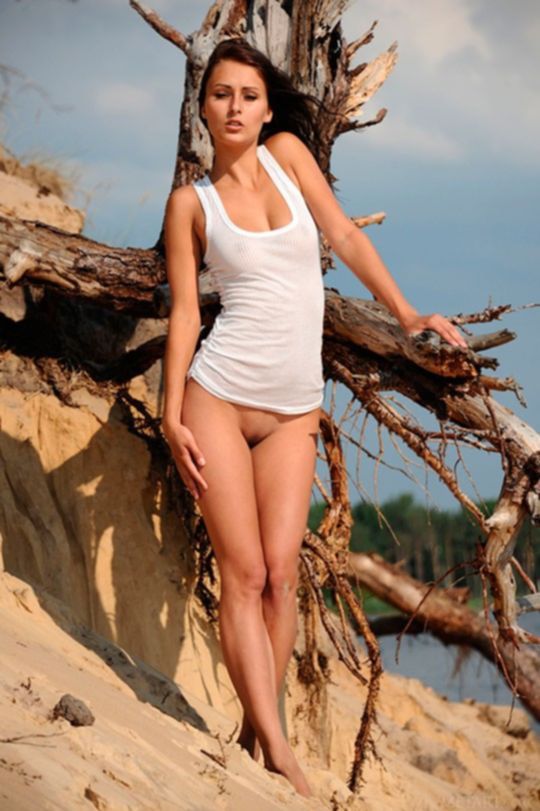 Голая деревенская девушка на берегу речки
