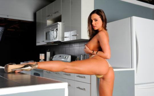 Сексуальная хозяйка дома трахнулась с арендатором
