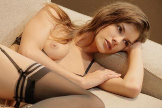 Худенькая брюнетка в эротическом нижнем белье