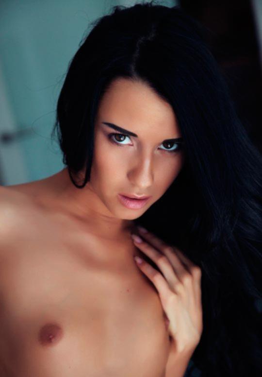 Эротическая фотосессия сексуальной брюнетки