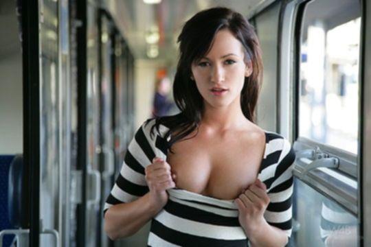Симпатичная сучка широко раздвигает ноги в купе поезда
