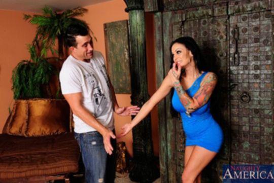 Angelina Valentine любит сосать член и трахаться