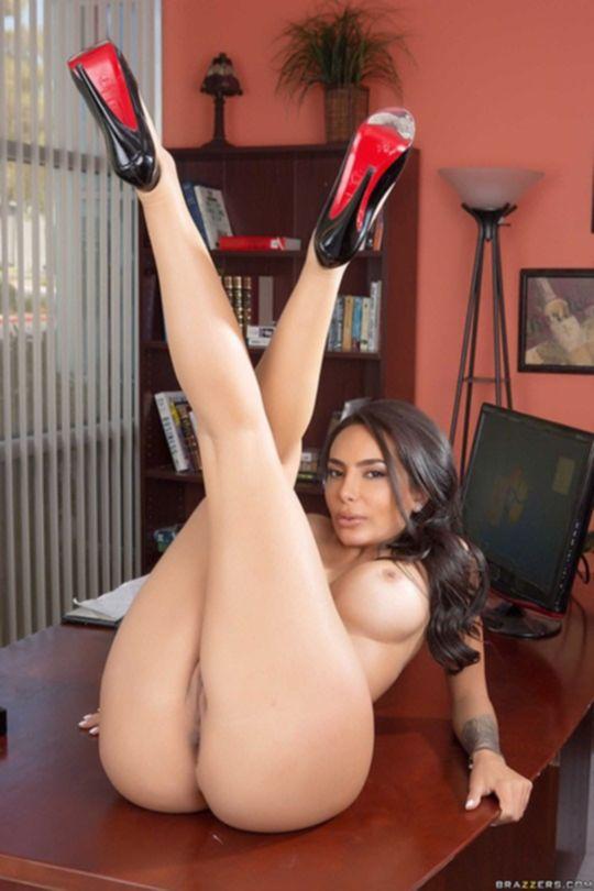 Lela Star с большой попкой позирует в офисе