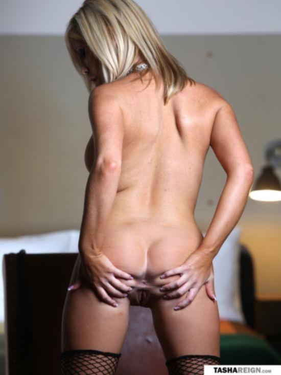 Блондиночка в чулках Tasha Reign соблазняет своим телом