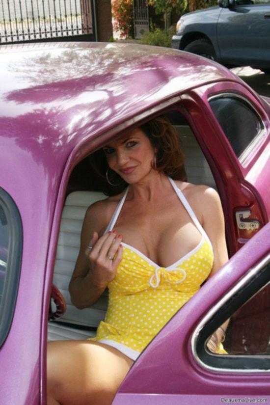 Зрелая тетя Deauxma невообразимой красоты трясет дойками в яркой машине