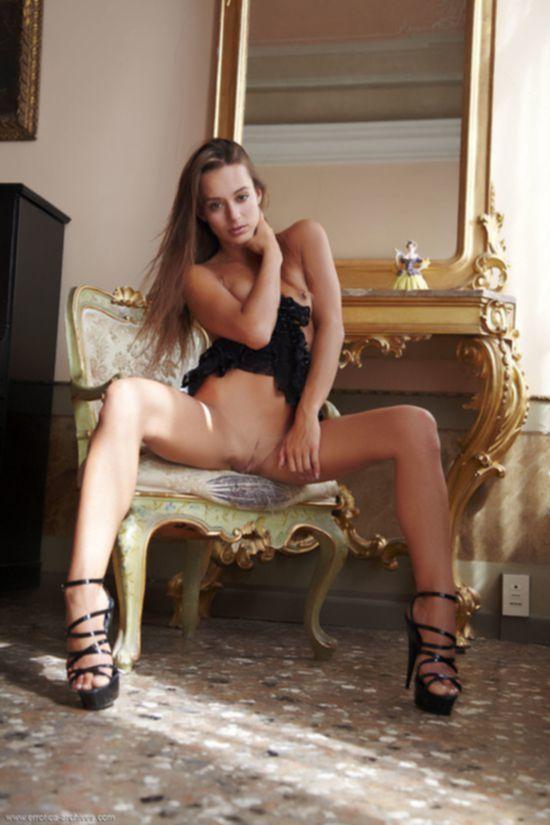 Чешская модель Dominika Chybova с ярко выраженной вагиной