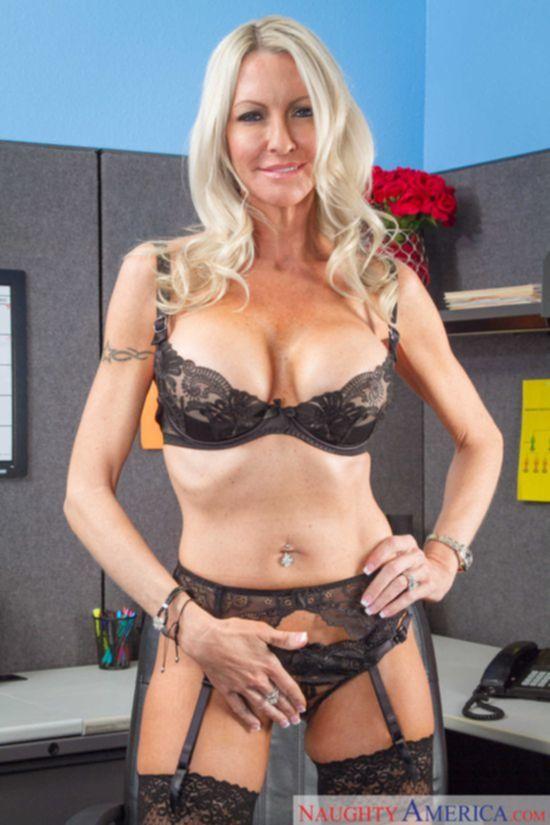 Соблазнительная Emma Starr в пожилом возрасте отдалась офисному скряге