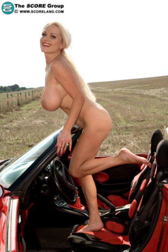 Потрясающая модель Sharon Pink оголила тело у красной машины на природе