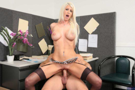 Распутная секретарша Riley Jenner удовлетворяет похоть начальника
