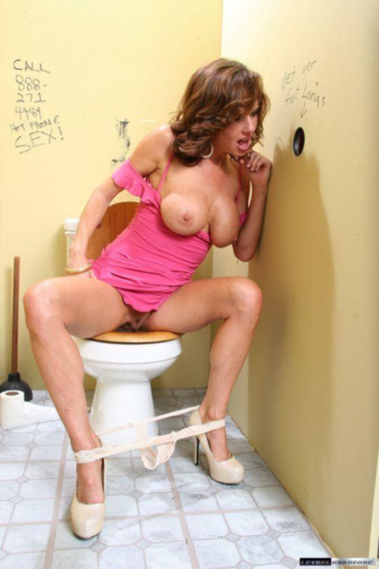 Улетная актриса Veronica Avluv с большими сиськами в комнате для отсоса