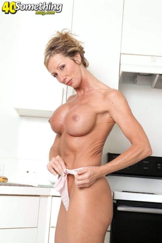 Великолепная дама с круглыми дойками шалит на кухне