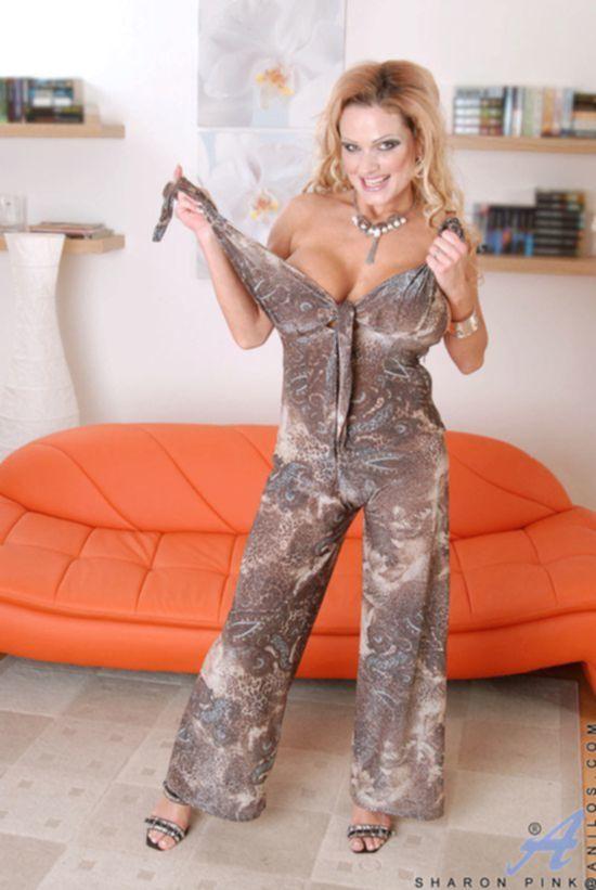 Зрелка Sharon Pink с увесистыми дойками разминает междуножье игрушкой
