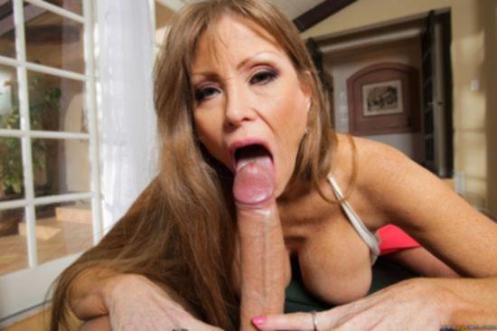 Созревшая мамаша Darla Crane голодна по мужским гениталиям