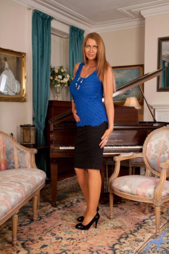 Leigh Darby наскучила игра на фортепиано и она поиграла с киской