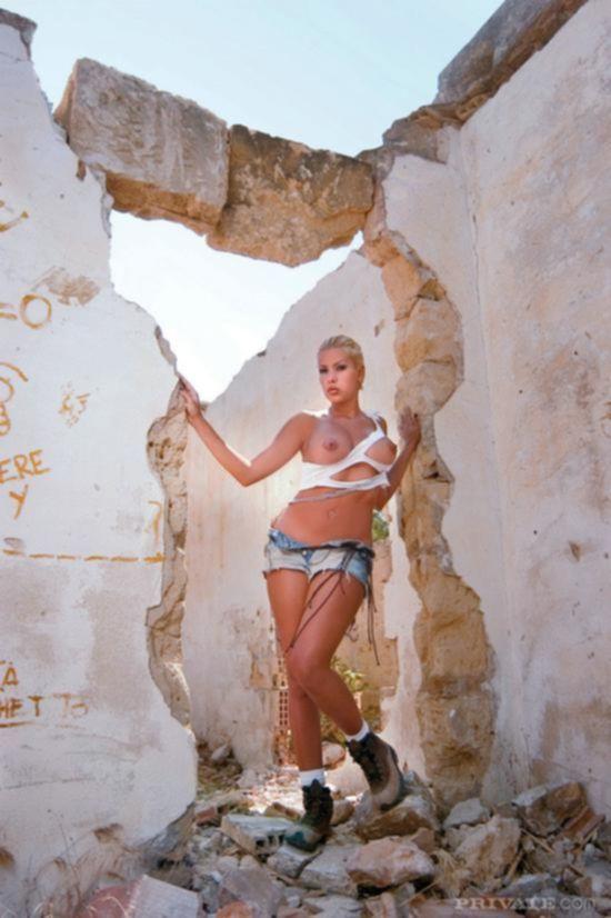 Сочная Victoria Lanz, гуляя по катакомбам, наткнулась на бразильского красавчика