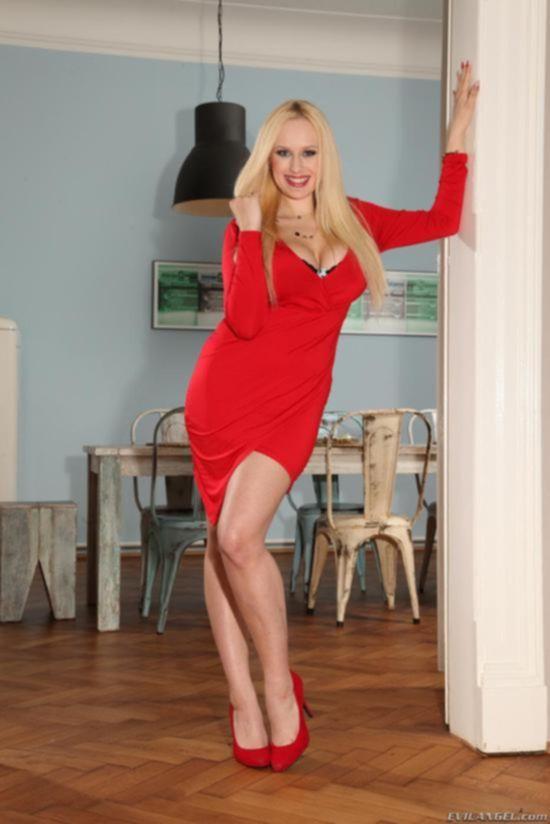 Большегрудая блондинка Welli Angel получила хрен в анал