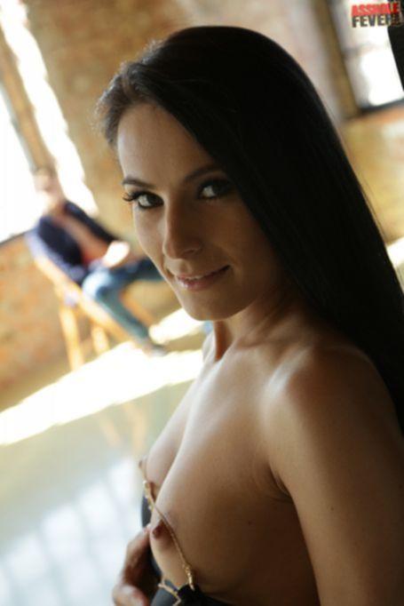 Lexi Dona на шпильках занимается анальным сексом на диване в студии танцев