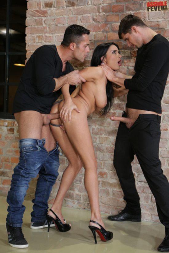 Французская модель Anissa Kate согревается двумя стволами в пристройке