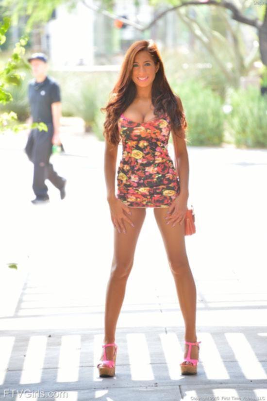 Stacy Jay публично раздвигает ноги и показывает грудь